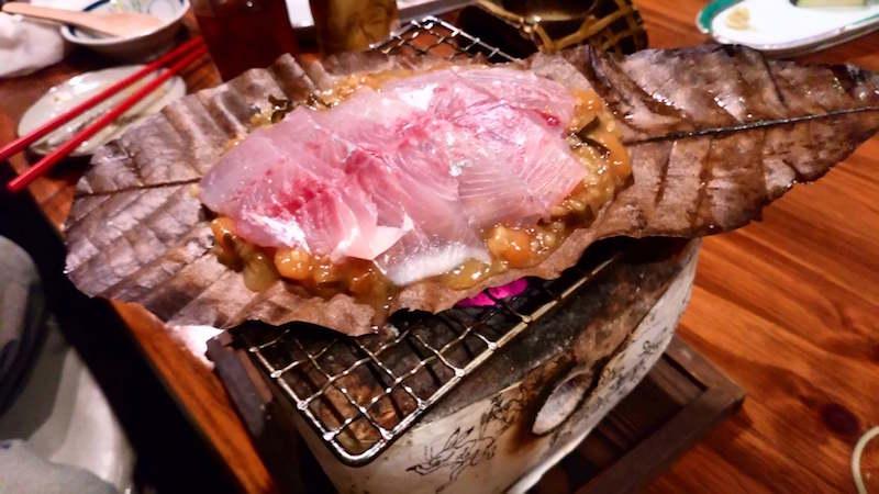 リュウキュウヨロイアジの朴葉焼き