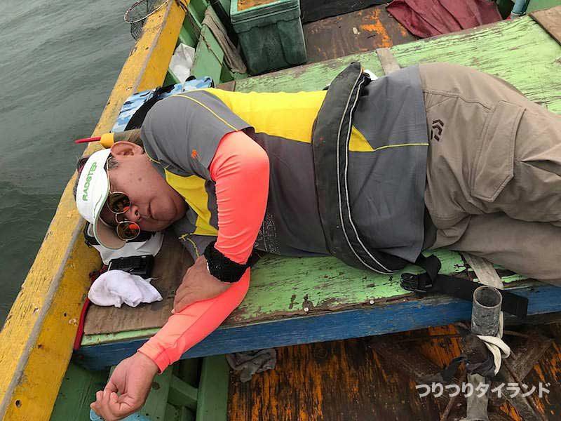 船上で眠るコウちゃん