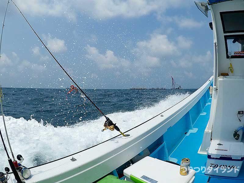 船と波しぶき