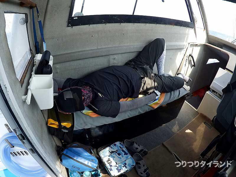 船内で眠る