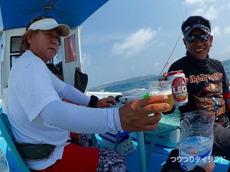 船上でビールで乾杯