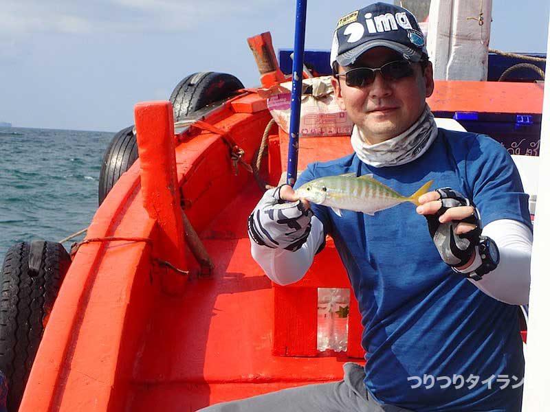 船上で小魚を持つ