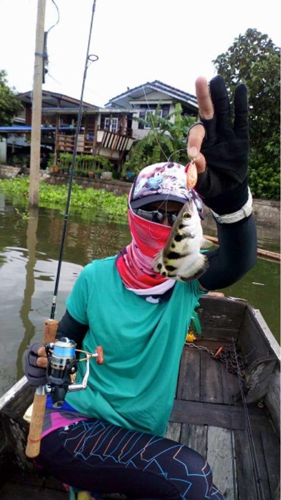 鉄砲魚 テッポウウオを持つやっちゃん