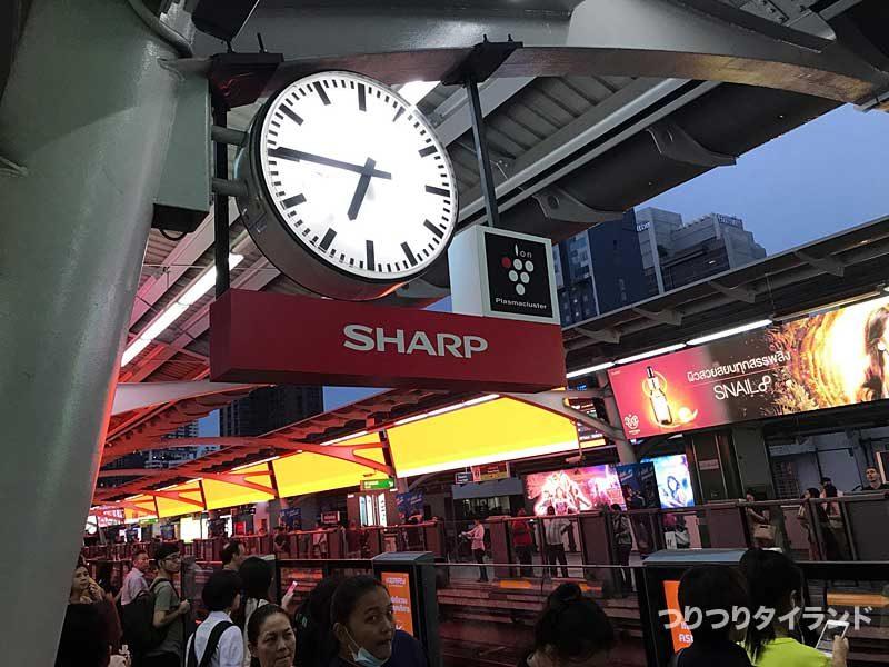 プロンポン駅の時計