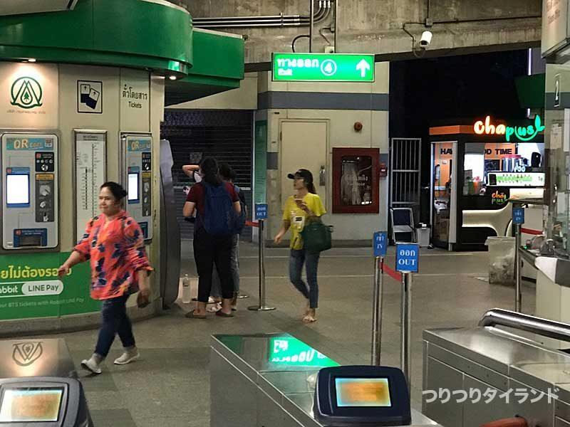 ウドムスック駅 エビ釣り堀側の改札