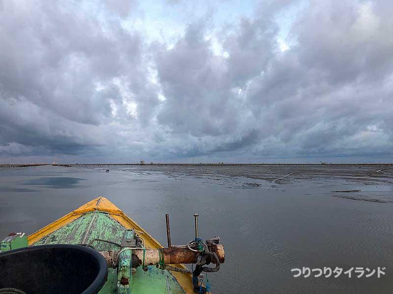 泥の中で出船