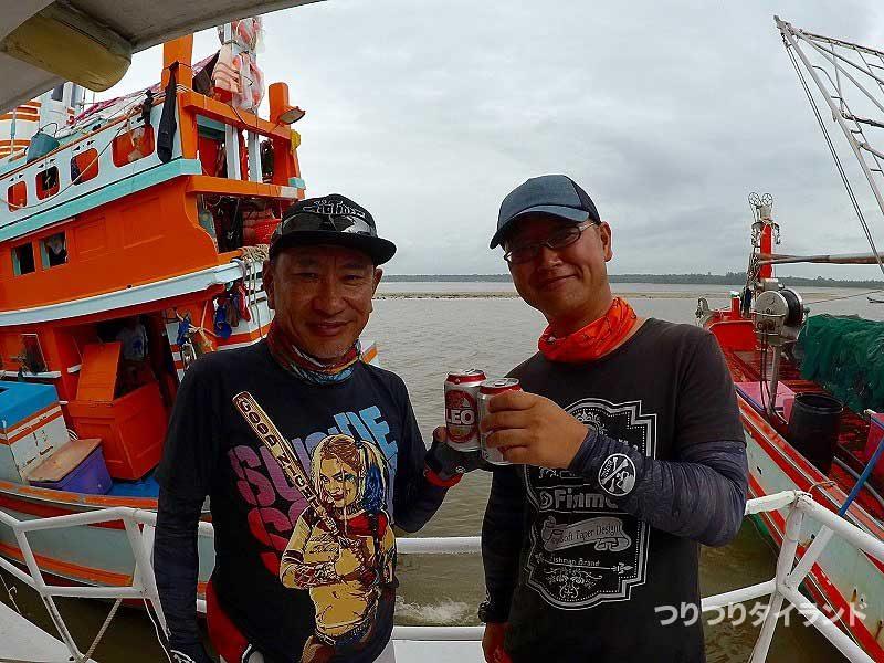釣り船で乾杯