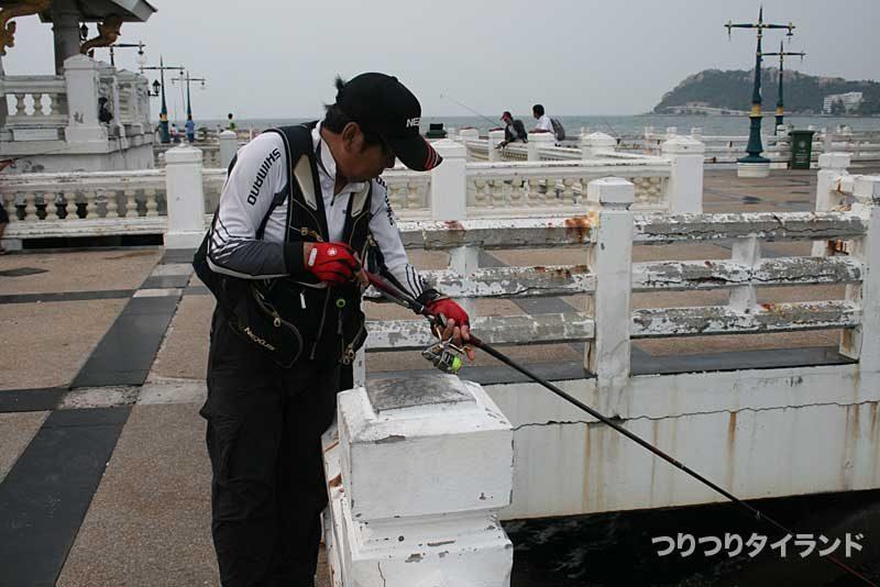 タイランドでチヌ釣りする大知昭