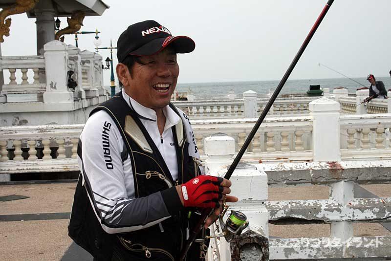 タイでフカセ釣りをする大知