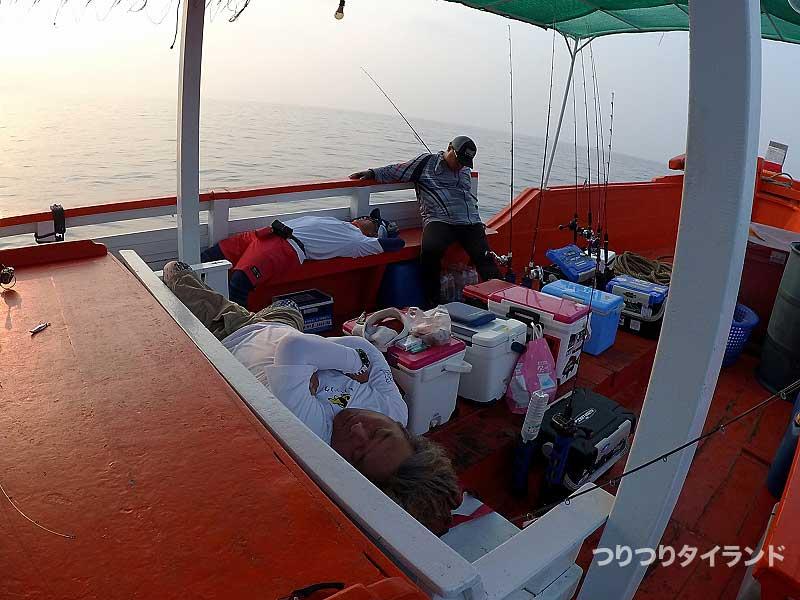 船上で寝る人