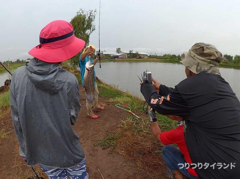 釣れた魚を撮影