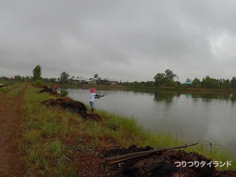 釣り堀で投げるヤッチャン