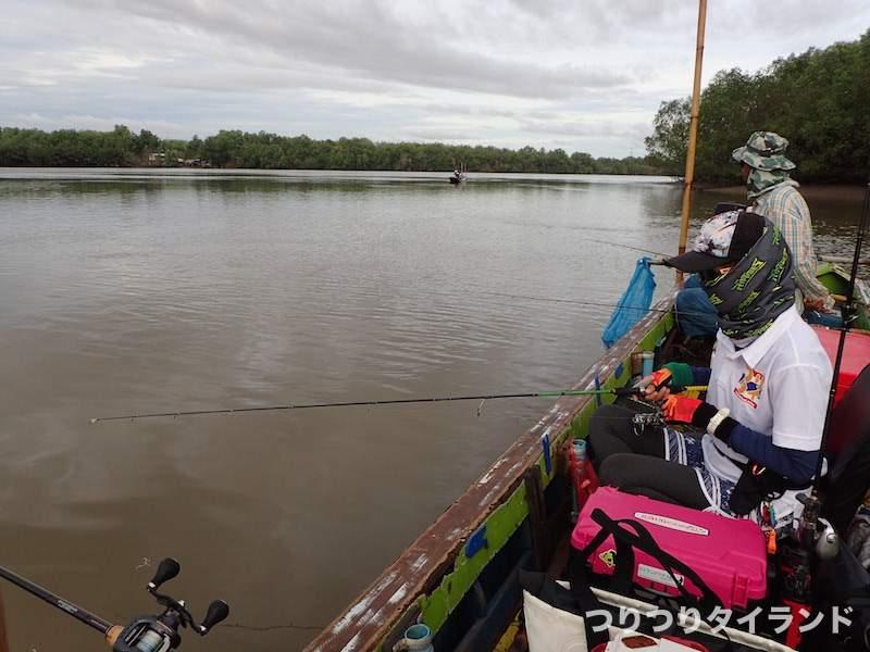 バンパコン川で釣ってるやっちゃん