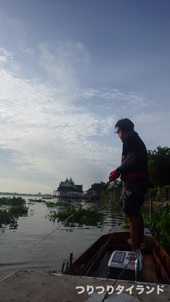 チャオプラヤ川でキャストするケンちゃん
