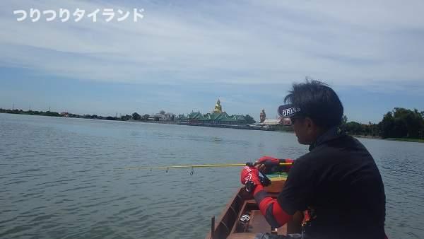 チャオプラヤ川で釣っているケンちゃん