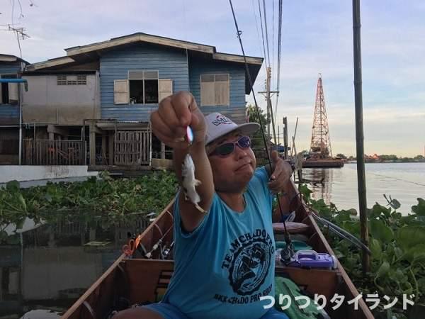 鉄砲魚 テッポウウオを持つ油売りさん
