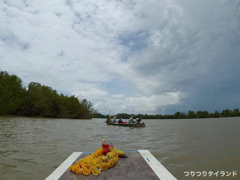 バンパコン川で釣るコウちゃんの船