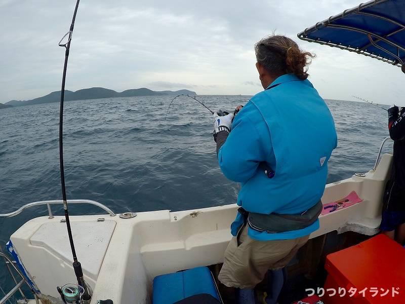釣り場で釣っている