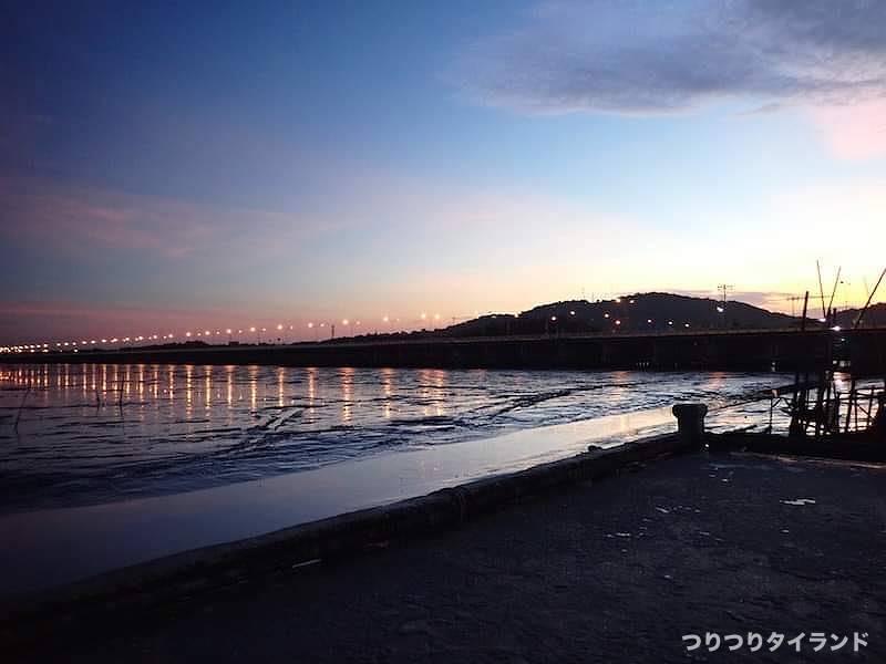 バンサイ 夜明け 港