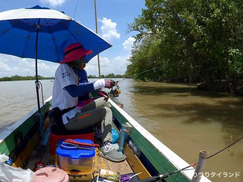 バンパコン川 船でエビ釣り