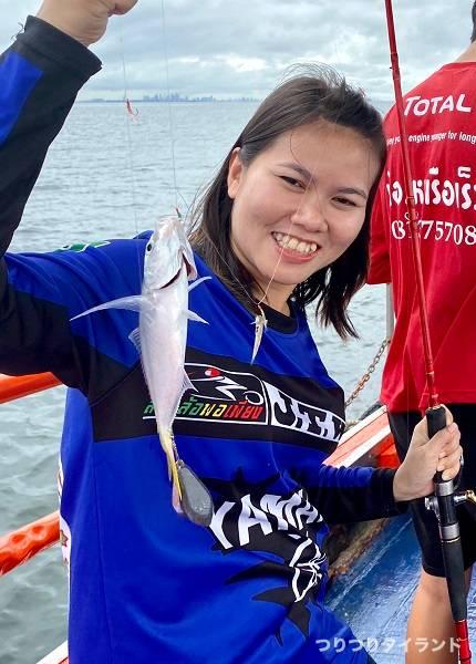 タイランド アジ釣った釣りガール1