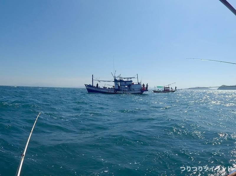 隣の釣り船