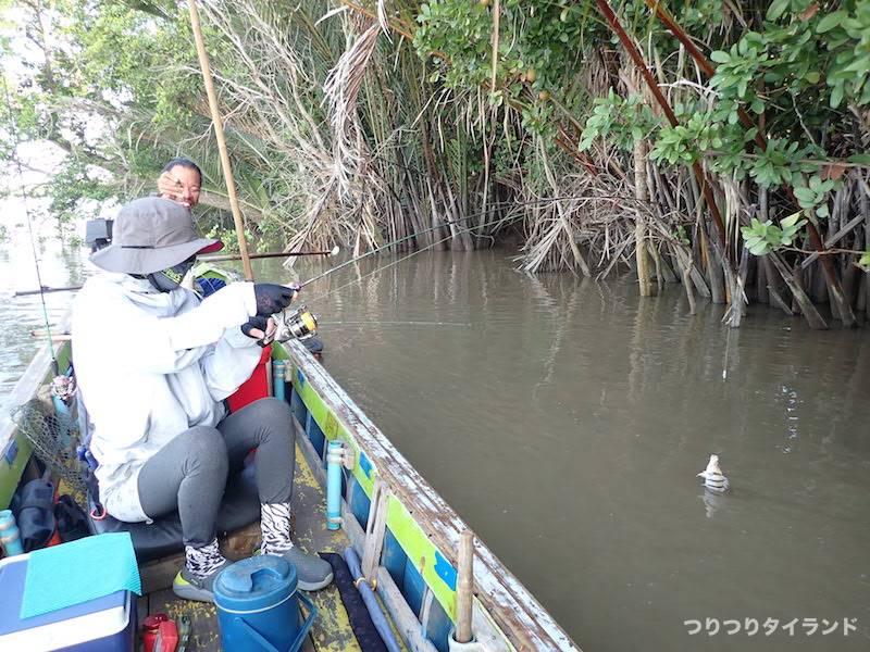 バンパコン川で魚を釣る