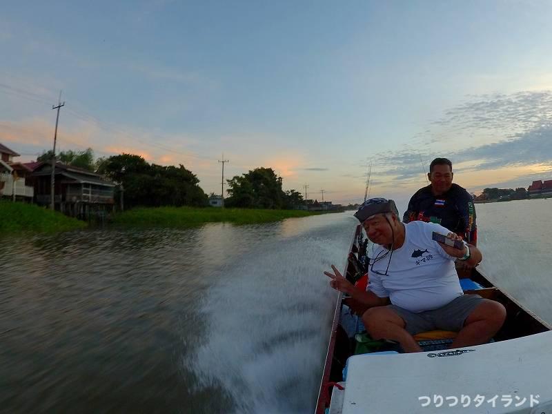 チャオプラヤ川を走る船
