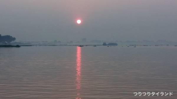 チャオプラヤ川の朝日
